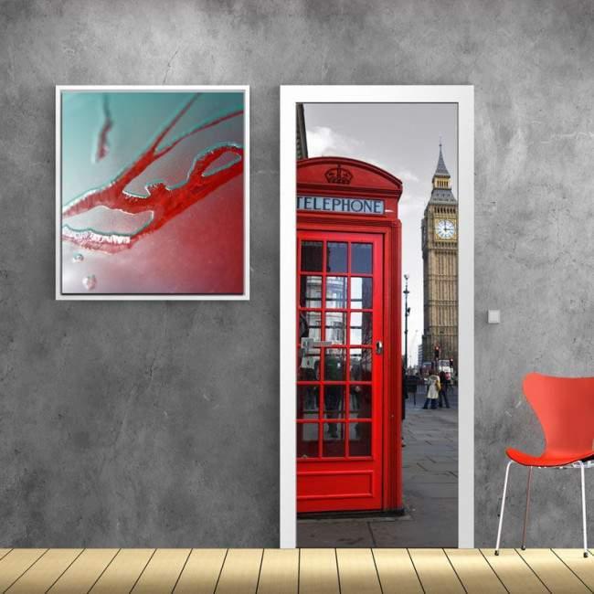 Αυτοκόλλητο πόρτας Αγγλικός τηλεφωνικός θάλαμος , ασπρόμαυρος ουρανός