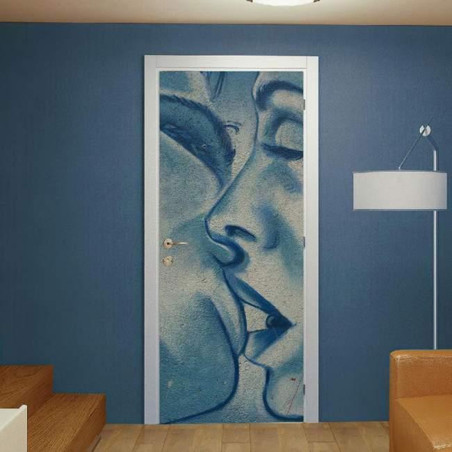 Αυτοκόλλητο πόρτας Kiss on wall