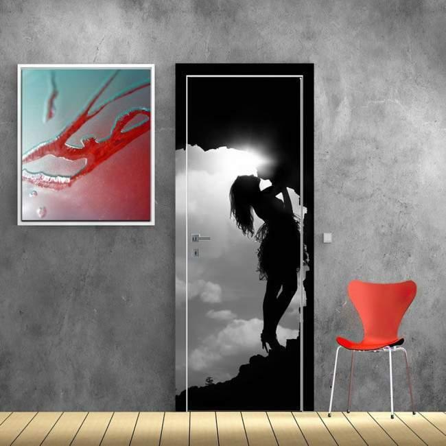 Αυτοκόλλητο πόρτας Girl in a cave