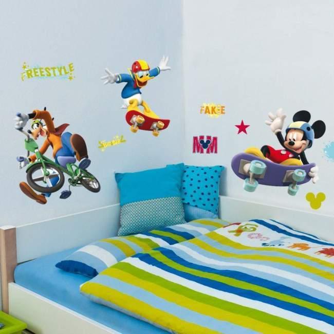 Μίκυ , Ντόναλντ και Γκούφυ με ποδήλατο και πατίνια, αυτοκόλλητο τοίχου Disney