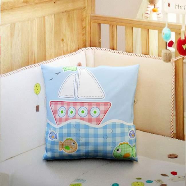 Ενα μικρό καράβι, 100 % βαμβακερό διακοσμητικό μαξιλάρι, με το όνομα που θέλετε!